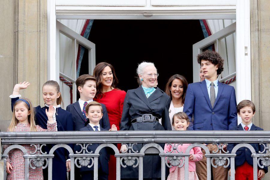 La reine Margrethe II de Danemark avec ses huit petits-enfants, son fils le prince Joachim et ses belles-filles les princesses Mary et Marie à Copenhague, le 16 avril 2018