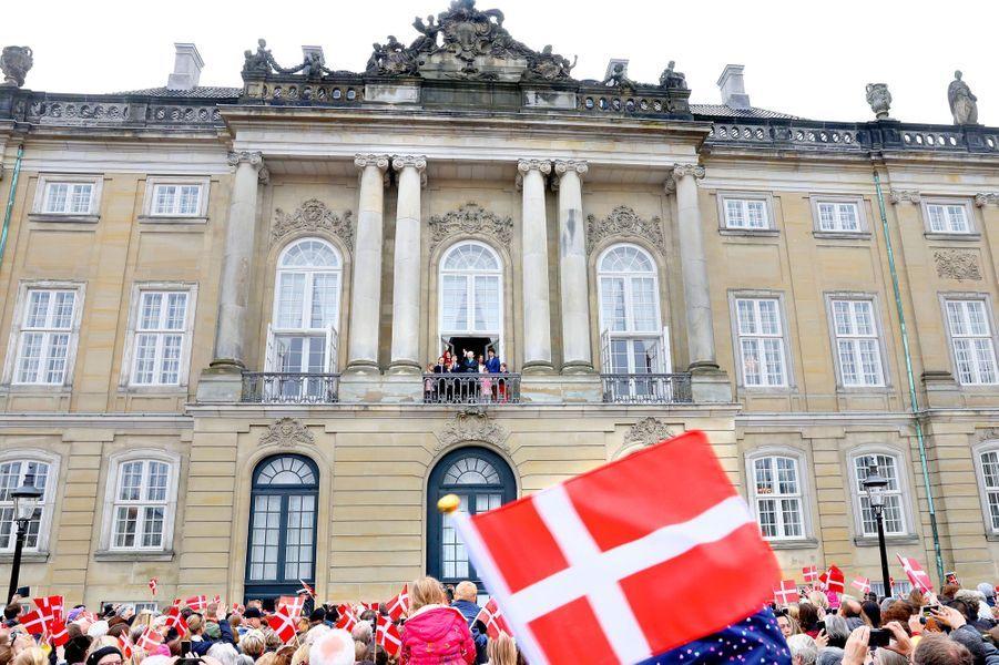 La foule réunie sur la place d'Amalienborg à Copenhague, le 16 avril 2018, pour les 78 ans de la reine Margrethe II de Danemark