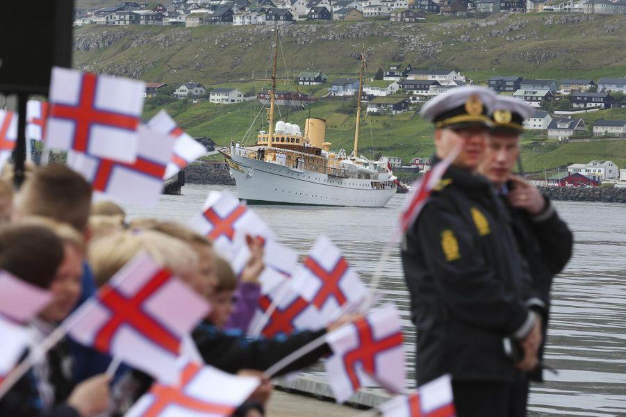 Le yacht royal de la reine Margrethe II de Danemark aux îles Féroé, le 14 juin 2016