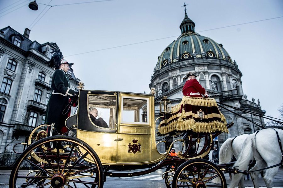 La reine Margrethe II de Danemark dans le carrosse du roi Christian VIII tiré par des chevaux blancs à Copenhague, le 4 janvier 2018