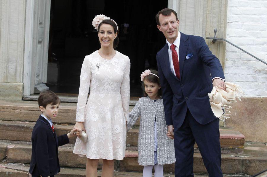 La princesse Marie et prince Joachim de Danemark avec leurs enfants à Fredensborg, le 1er avril 2017