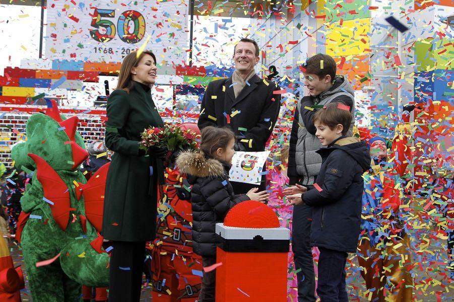 La princesse Marie et le prince Joachim de Danemark avec leurs enfants au Legoland Billund, le 24 mars 2018