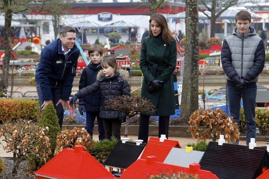 La princesse Marie de Danemark avec les princes Felix et Henrik et la princesse Athena au Legoland Billund, le 24 mars 2018
