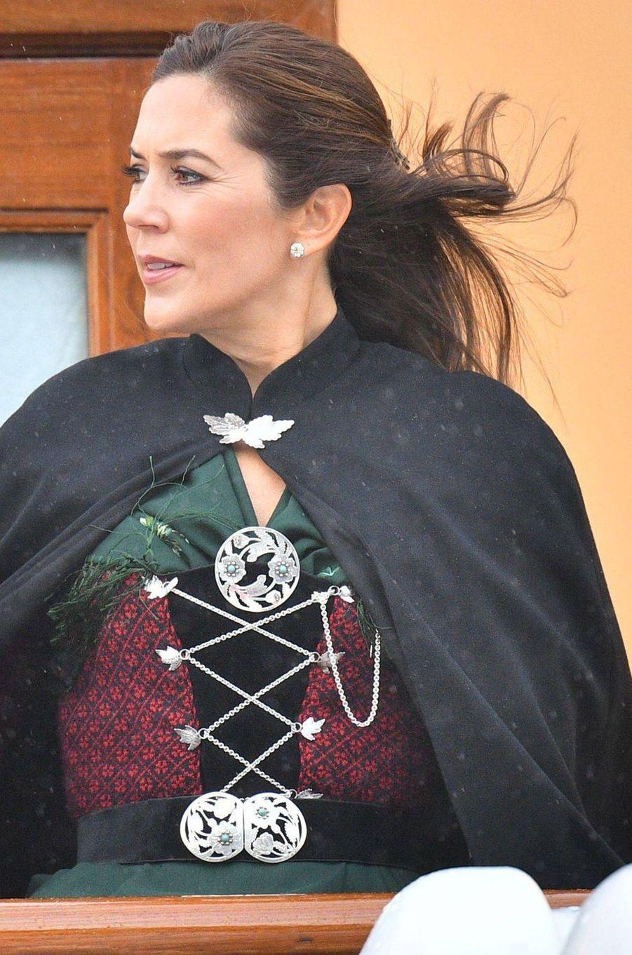 Détail du costume de la princesse Mary de Danemark aux îles Féroé, le 24 août 2018