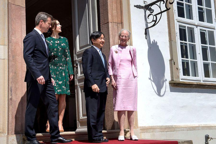 La reine Margrethe II, la princesse Mary et le prince Frederik de Danemark avec le prince Naruhito du Japon à Fredensborg, le 18 juin 2017