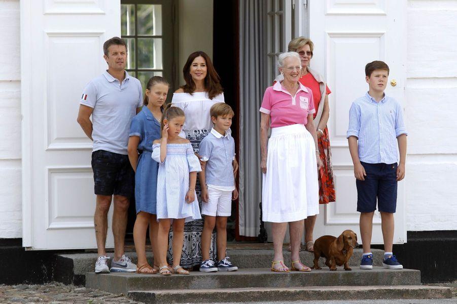 La Famille Royale Danoise Lance Ses Vacances D'été Sur Le Perron Du Palais De Gråsten ( 1
