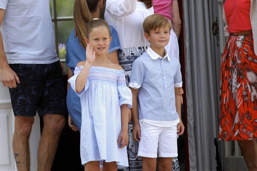 La Famille Royale Danoise Lance Ses Vacances D'été Sur Le Perron Du Palais De Gråsten ( 2