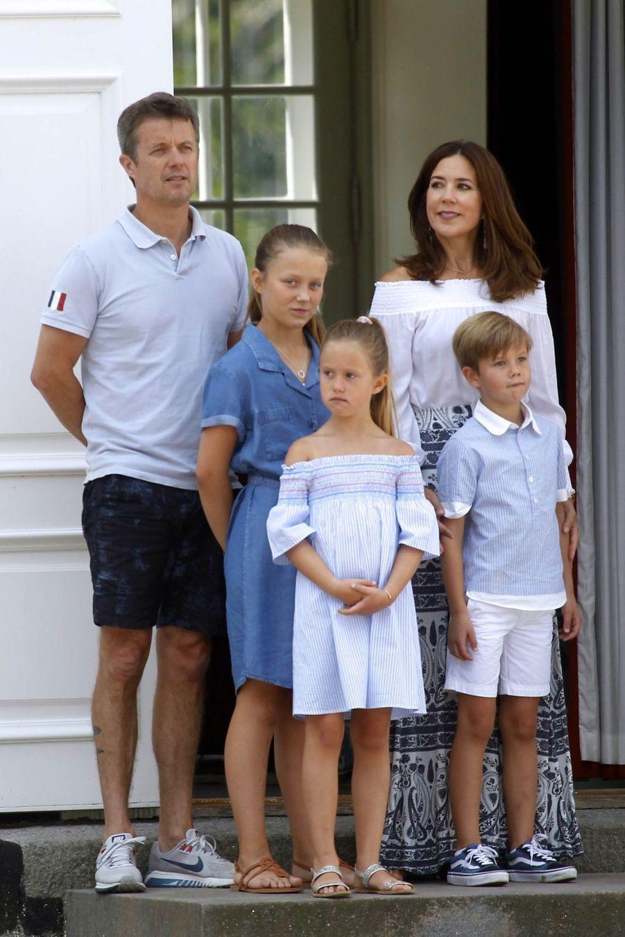 La Famille Royale Danoise Lance Ses Vacances D'été Sur Le Perron Du Palais De Gråsten ( 3
