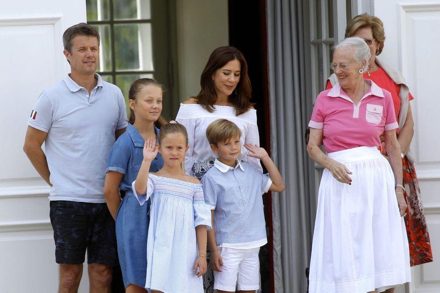 La Famille Royale Danoise Lance Ses Vacances D'été Sur Le Perron Du Palais De Gråsten ( 4