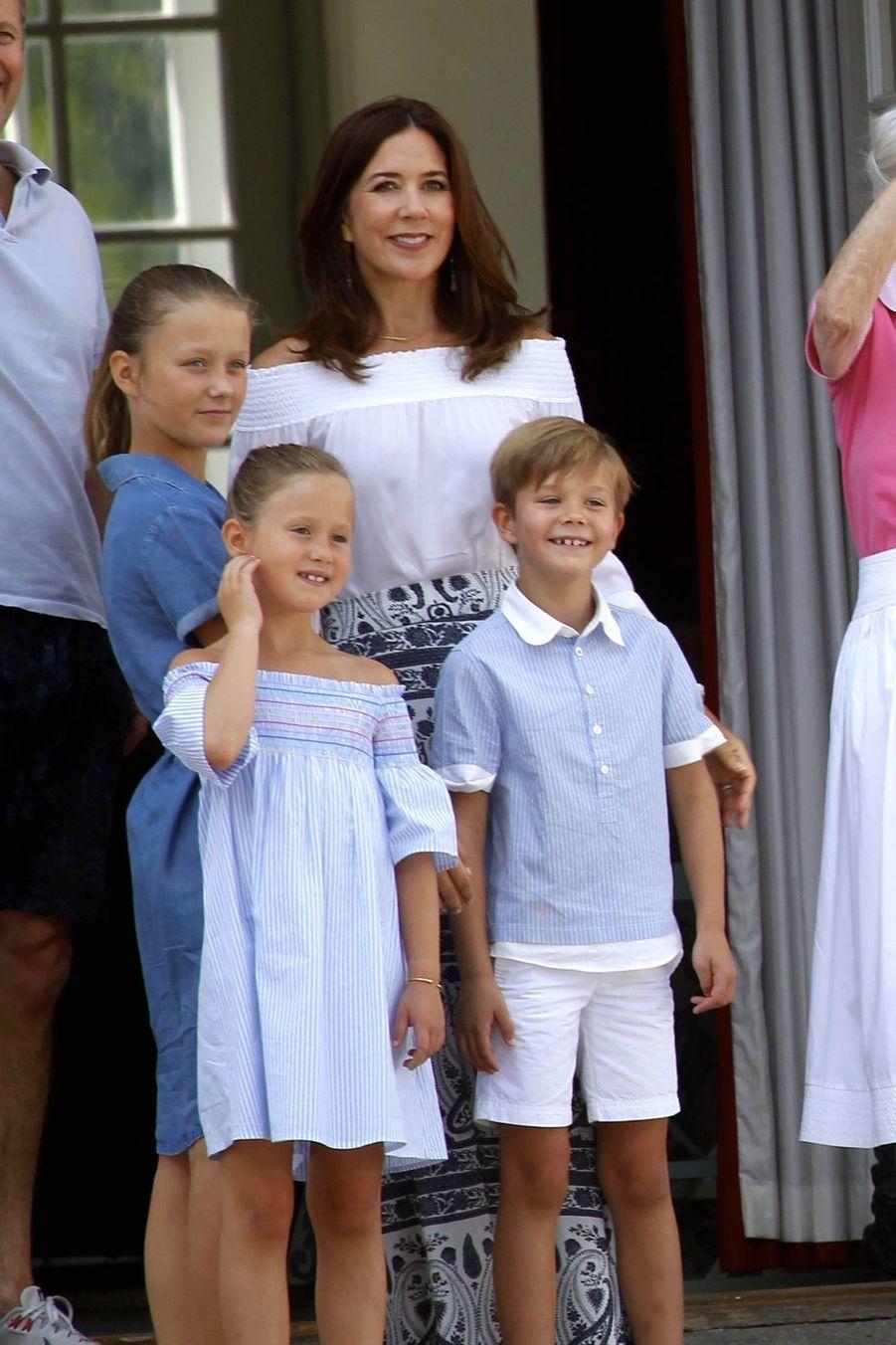 La Famille Royale Danoise Lance Ses Vacances D'été Sur Le Perron Du Palais De Gråsten ( 5