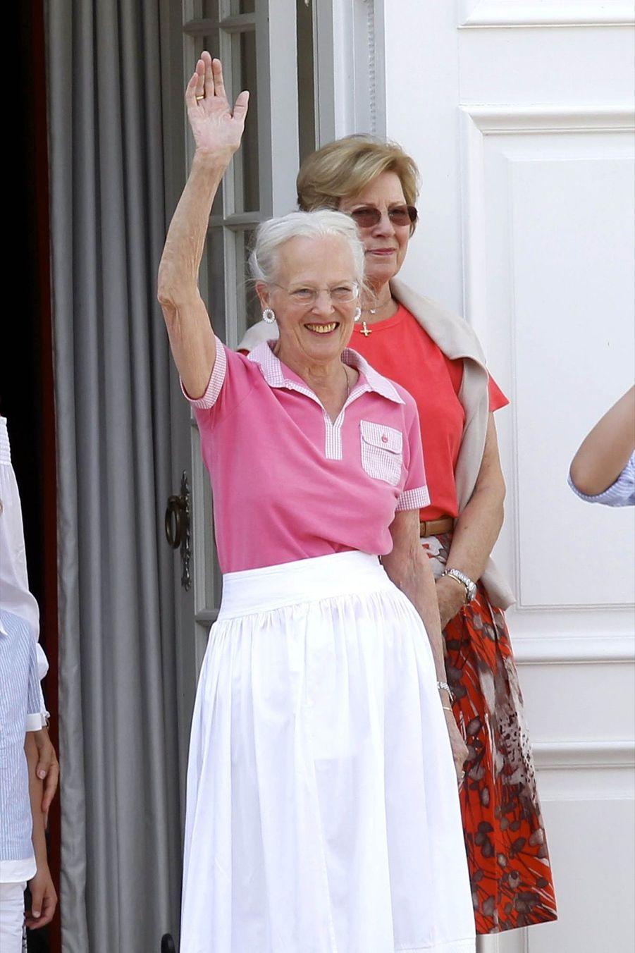 La Famille Royale Danoise Lance Ses Vacances D'été Sur Le Perron Du Palais De Gråsten ( 6