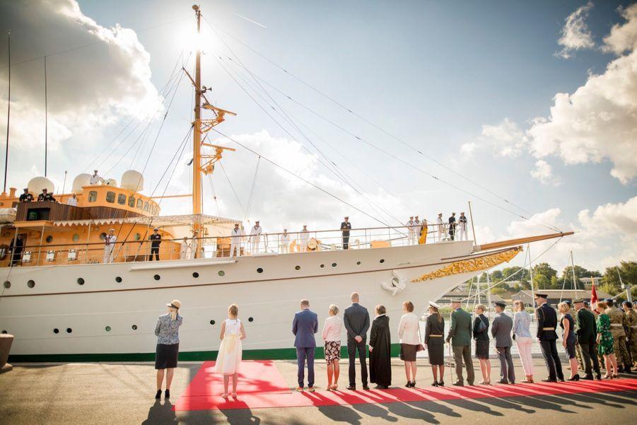La Reine Margrethe II Du Danemark Dans Le Port De Haderslev Pour Ses Vacances D'été ( 9