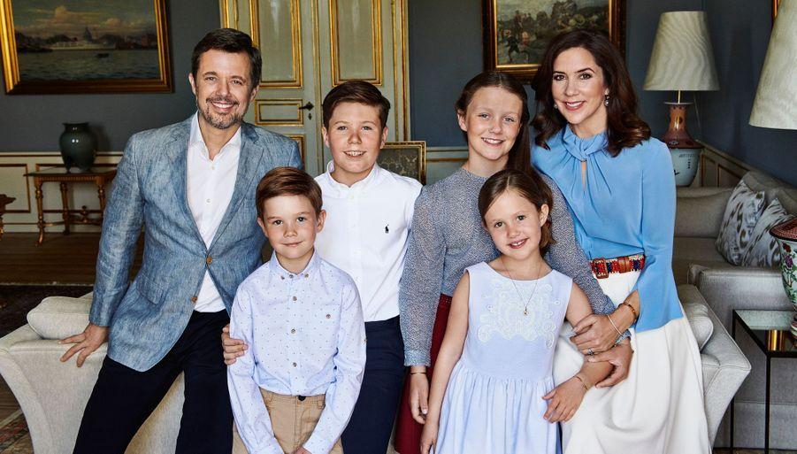Le prince Frederik de Danemark avec son épouse la princesse Mary et leurs quatre enfants. Photo diffusée le 26 mai 2018