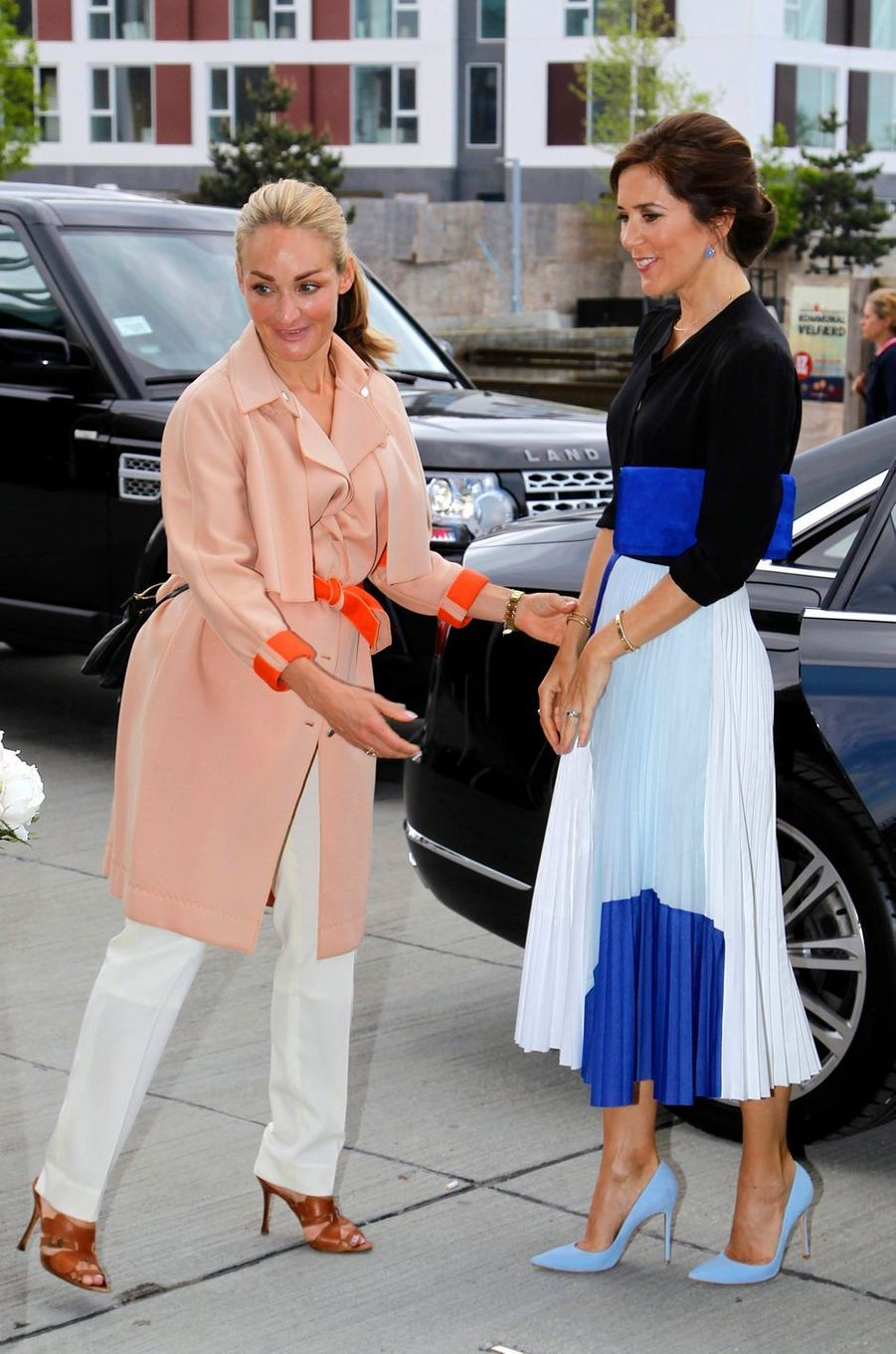 La princesse Mary de Danemark dans une jupe blanche et bleue à Copenhague, le 15 mai 2018