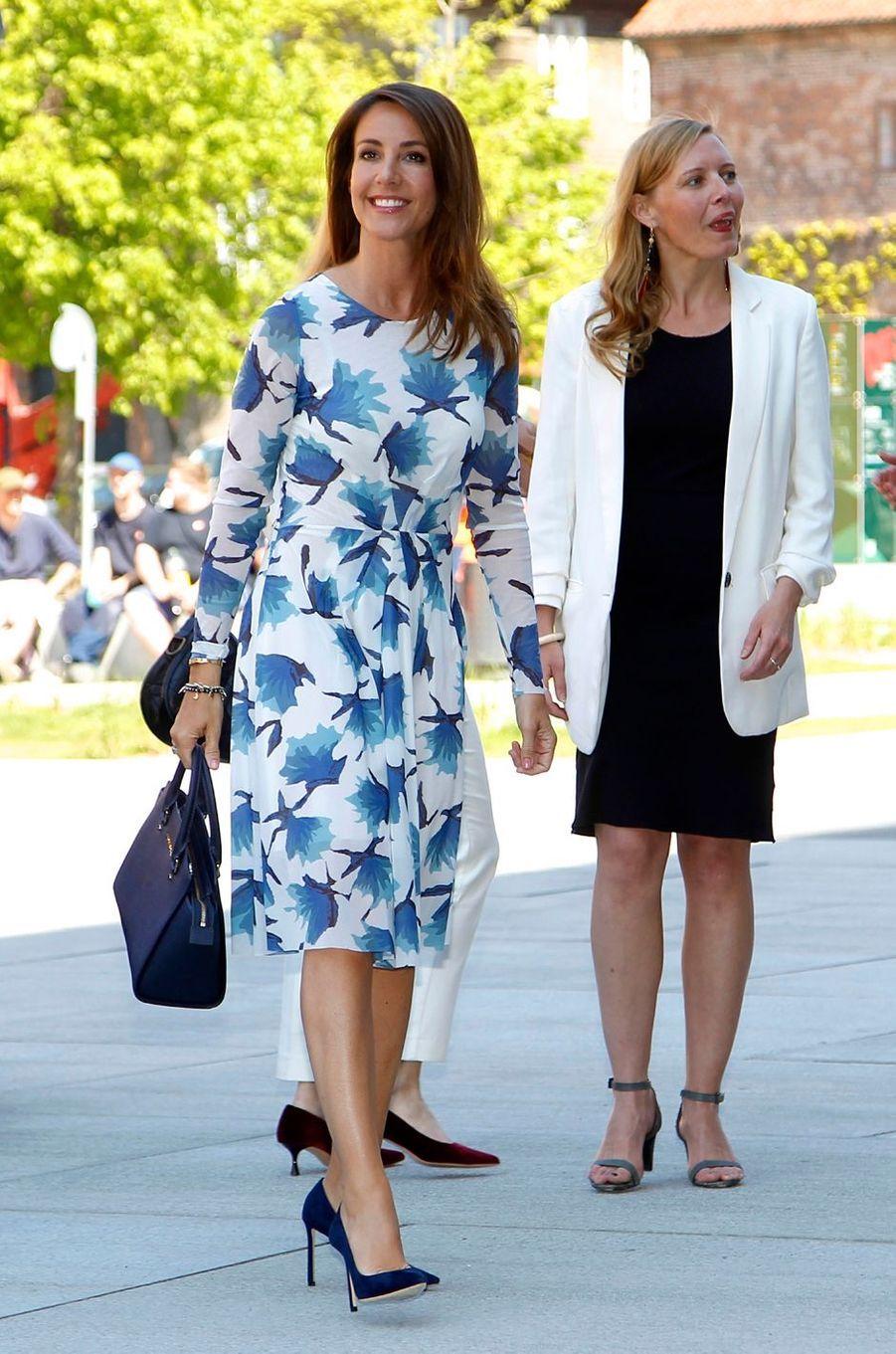 La princesse Marie de Danemark dans un robe blanche et bleue à Copenhague, le 15 mai 2018