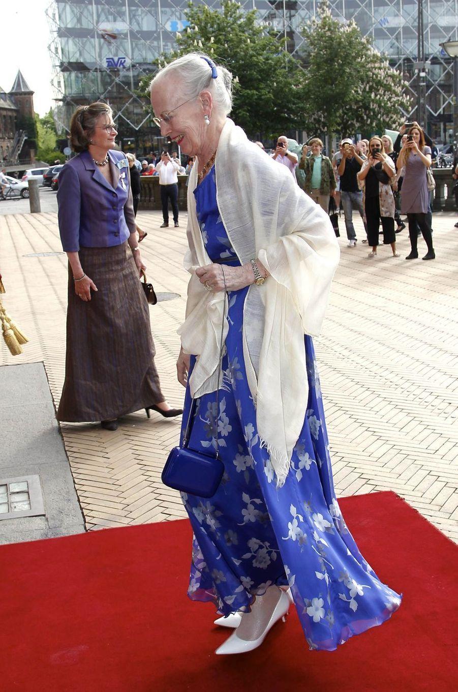 La reine Margrethe II de Danemark dans une robe blanche et grise à Copenhague, le 15 mai 2018
