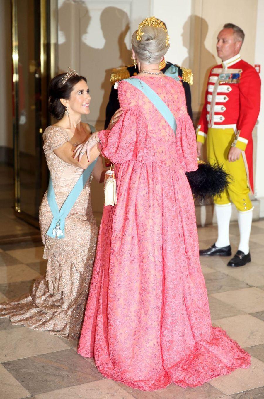 La robe de la reine Margrethe II de Danemark, vue de dos, à Copenhague le 26 mai 2018