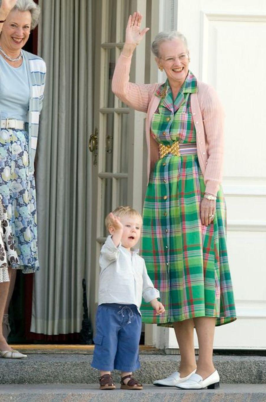 Le prince Christian de Danemark avec la reine Margrethe II le 3 août 2007