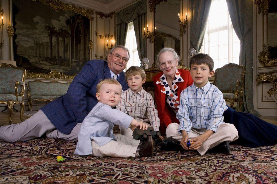 Le prince Christian de Danemark avec ses grands-parents et ses cousins le 2 juin 2007