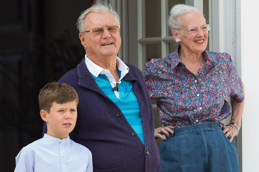 Le prince Christian de Danemark avec ses grands-parents le 24 juillet 2015