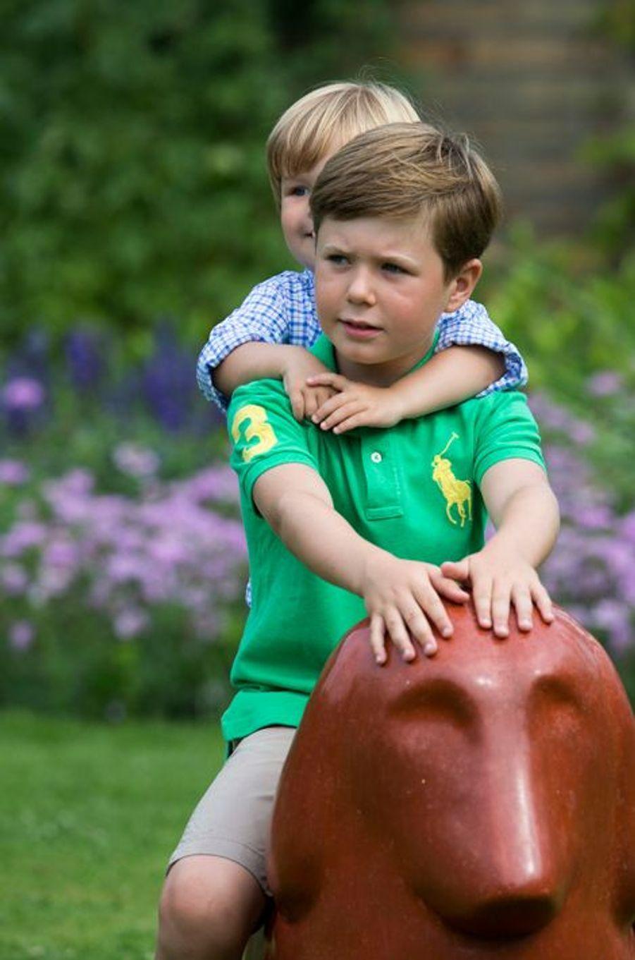 Le prince Christian de Danemark avec son frère Vincent le 26 juillet 2013