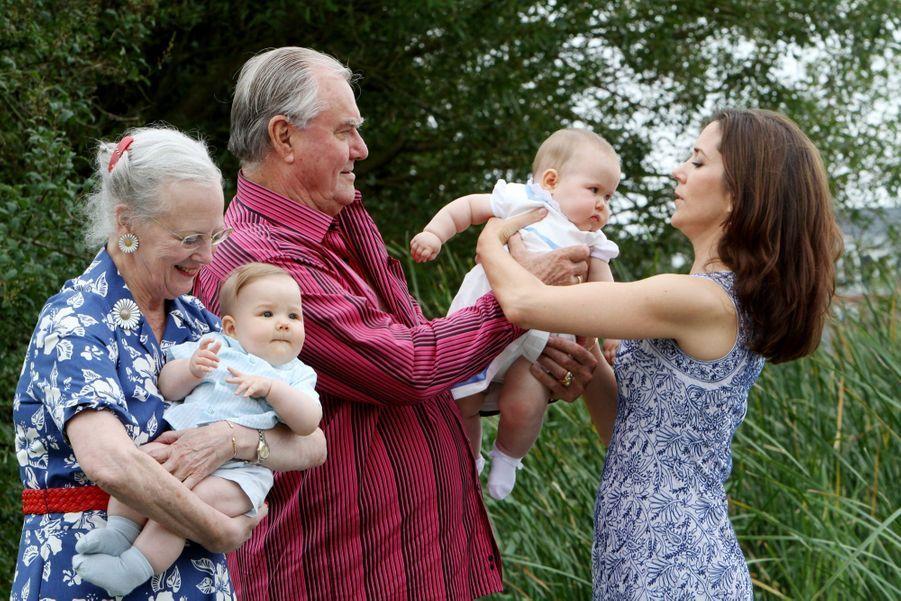 Les jumeaux du Danemark, la princesse Joséphine et le prince Vincent, avec leurs grands parents, le 1er aout 2011