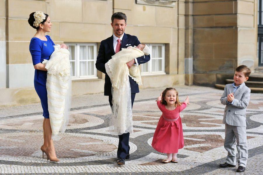 Les jumeaux du Danemark, la princesse Joséphine et le prince Vincent, lors de leur baptême, le 14 avril 2011