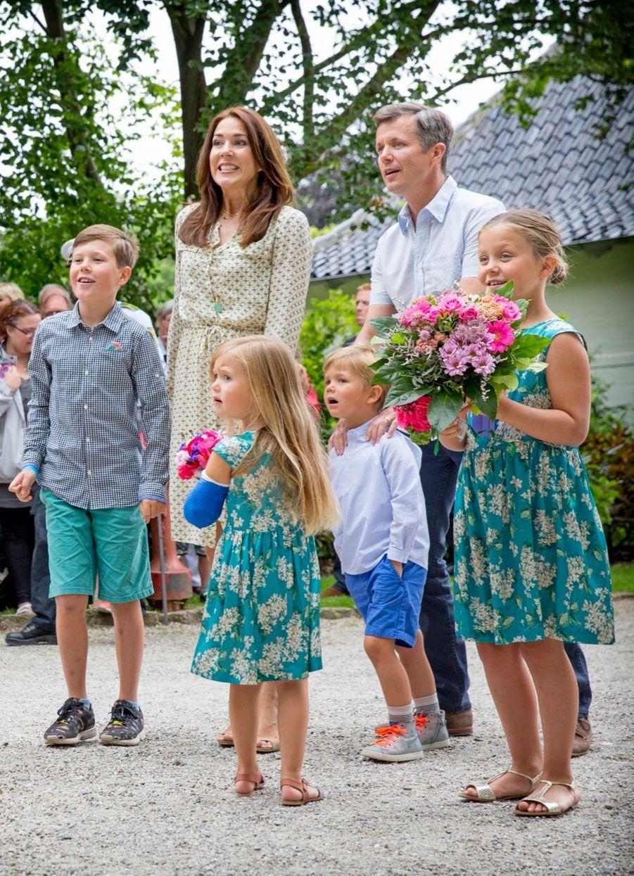 Mary et ses enfants vont voir passer les chevaux