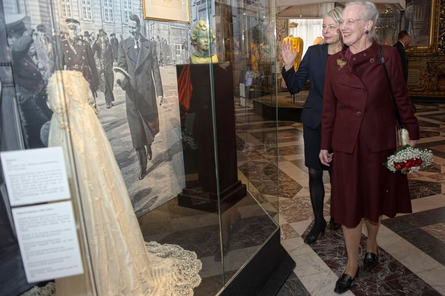 La reine Margrethe II devant sa robe de baptême à Hillerod, le 25 mars 2015