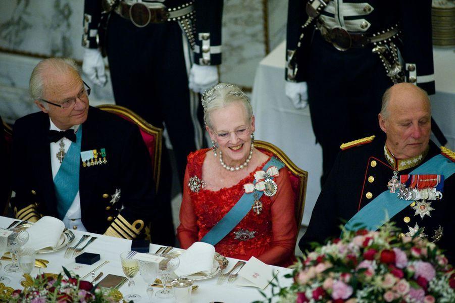 La reine Margrethe II de Danemark encadrée des rois Carl XVI Gustaf de Suède et Harald V de Norvège, à Copenhague le 15 avril 2015