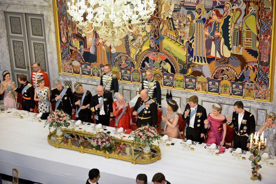 La reine Margrethe II de Danemark et les invités royaux du dîner de gala de ses 75 ans, à Copenhague le 15 avril 2015