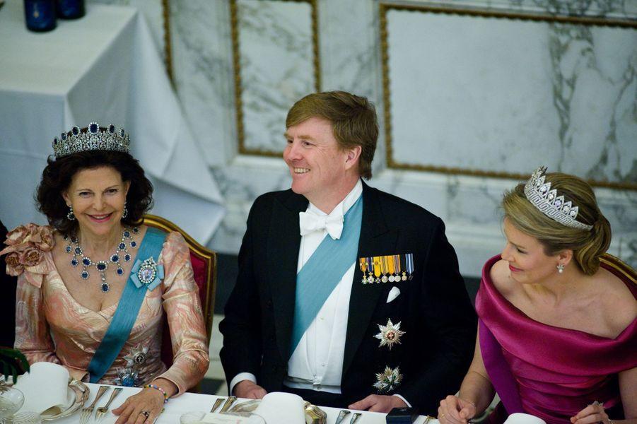 Le roi Willem-Alexander des Pays-Bas encadré des reines Silvia de Suède et Mathilde de Belgique, à Copenhague le 15 avril 2015