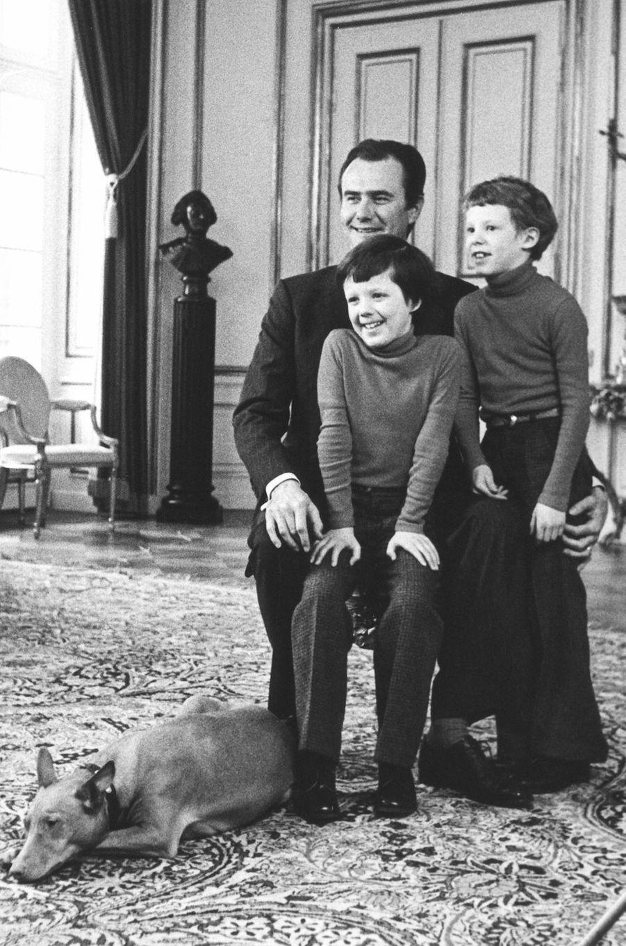 Le prince Henrik de Danemark avec ses fils les princes Frederik et Joachim, en 1975