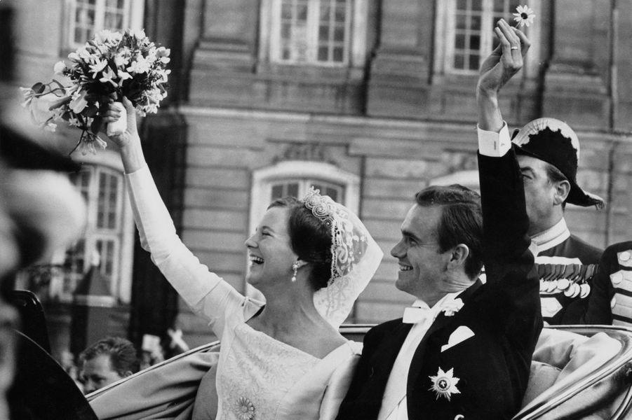 Le prince Henrik de Danemark avec la princesse Margrethe le jour de leur mariage, le 10 juin 1967