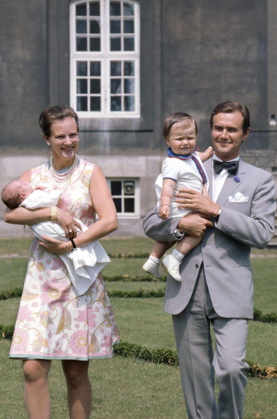 Le prince Henrik de Danemark avec la princesse Margrethe et leurs deux fils, en juin 1969