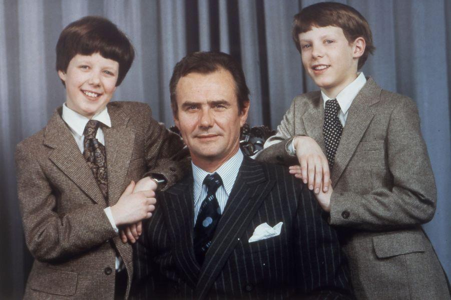 Le prince Henrik de Danemark avec ses fils les princes Frederik et Joachim, en 1984