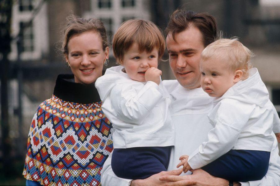 Le prince Henrik de Danemark avec la princesse Margrethe et leurs deux fils, en 1970