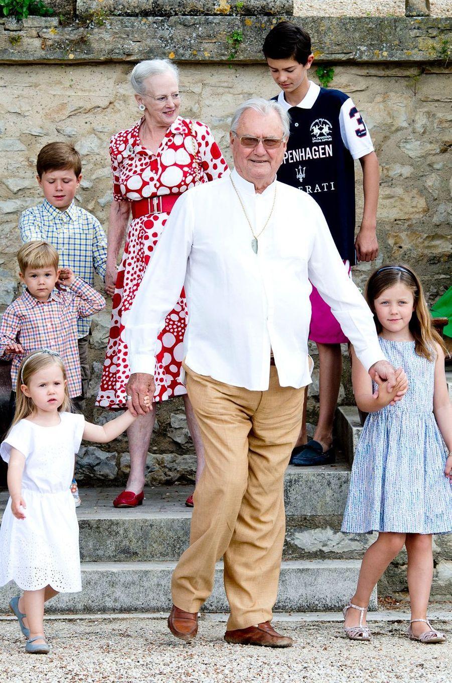 Le prince Henrik de Danemark avec la reine Margrethe II et certains de leurs petits-enfants, le 11 juin 2014