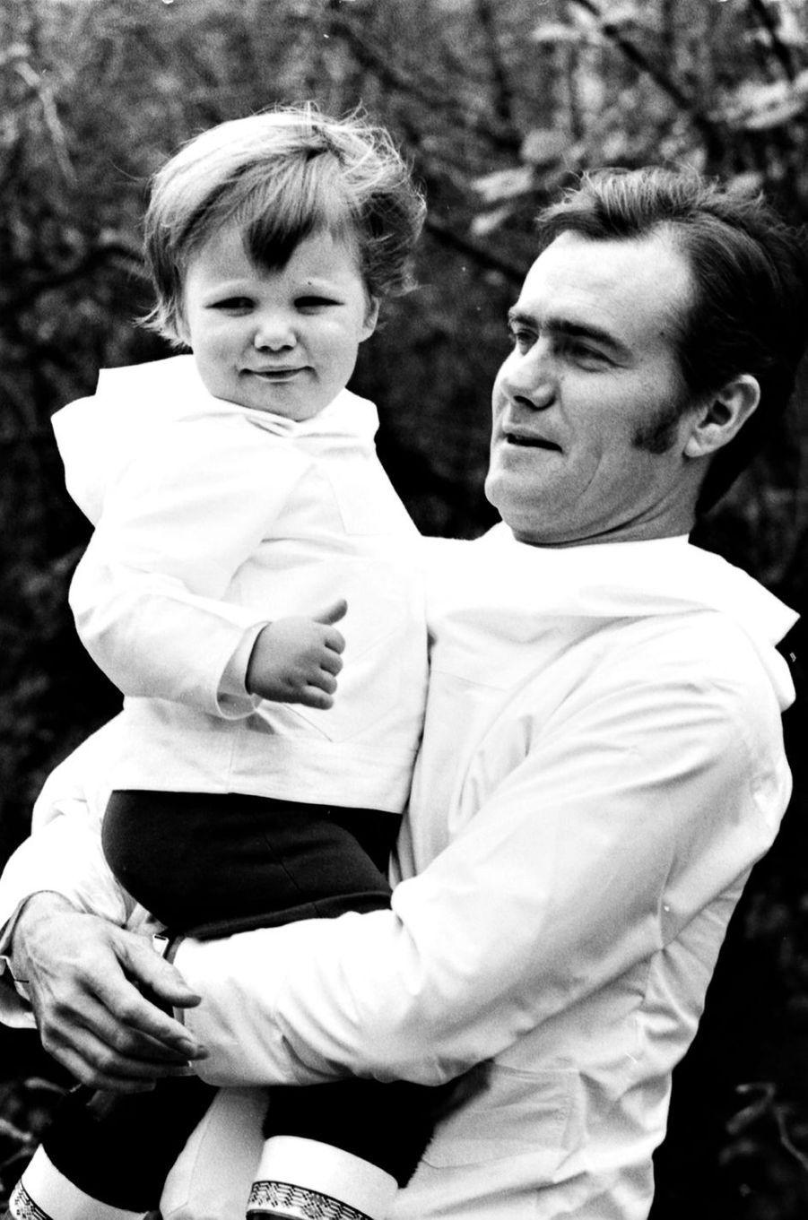 Le prince Henrik de Danemark avec le prince Frederik, dans les années 1970