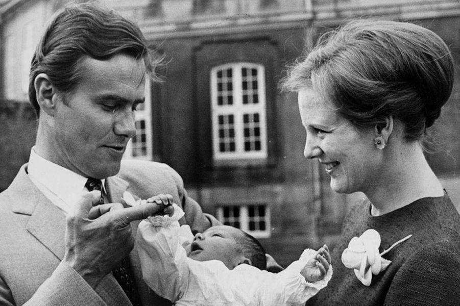 Le prince Henrik de Danemark avec la princesse Margrethe et leur fils aîné le prince Frederik, en 1968