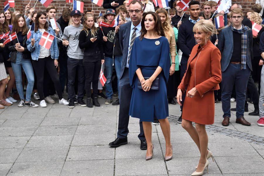 La princesse Mary de Danemark avec Brigitte Macron dans un lycée de Copenhague, le 29 août 2018