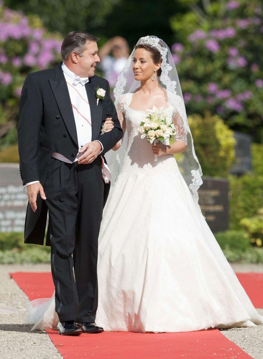 Marie Cavallier, au bras de son père, le jour de son mariage avec le prince Joachim de Danemark, le 24 mai 2008