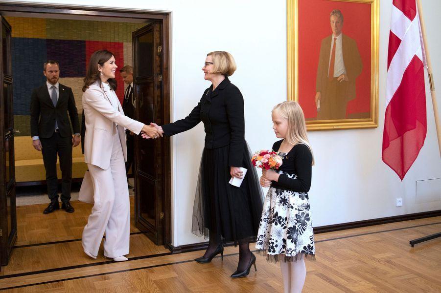 La princesse Mary de Danemark accueillie au Parlement finlandais par sa présidente Paula Risikko, à Helsinki le 13 septembre 2018