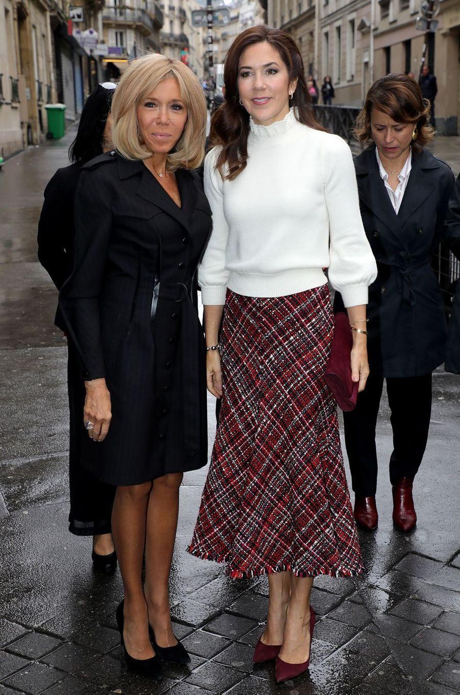La princesse Mary de Danemark, dans un pull Co et une jupe Alexander McQueen, à Paris le 9 octobre 2019