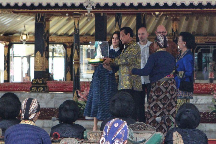 La princesse Mary de Danemark avec le sultan de Yogyakarta et sa femme la reine, le 4 décembre 2019
