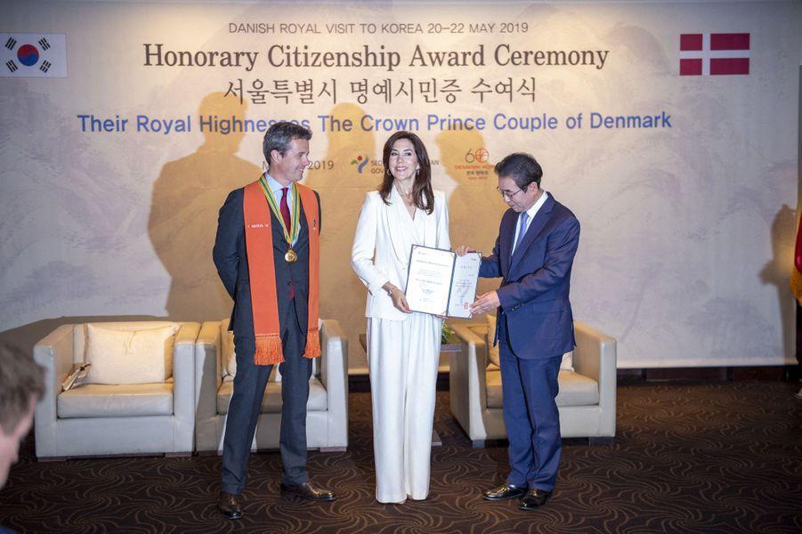 La princesse Mary et le prince Frederik de Danemark avec le maire de Séoul, en Corée du Sud le 21 mai 2019