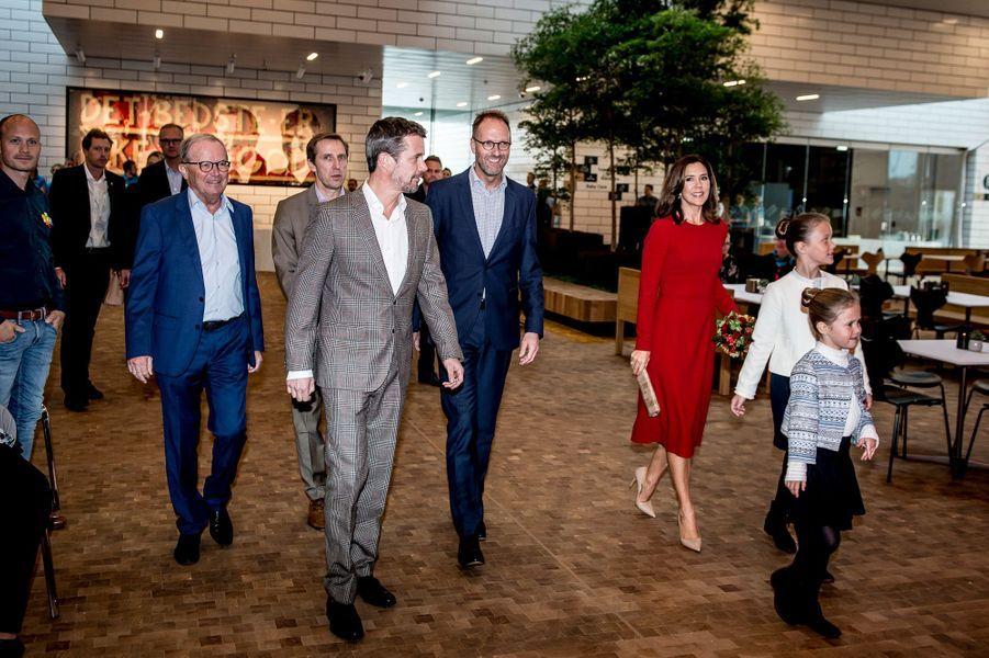 La princesse Mary et le prince Frederik de Danemark avec leurs filles les princesses Isabella et Josephine à Billund, le 28 septembre 2017