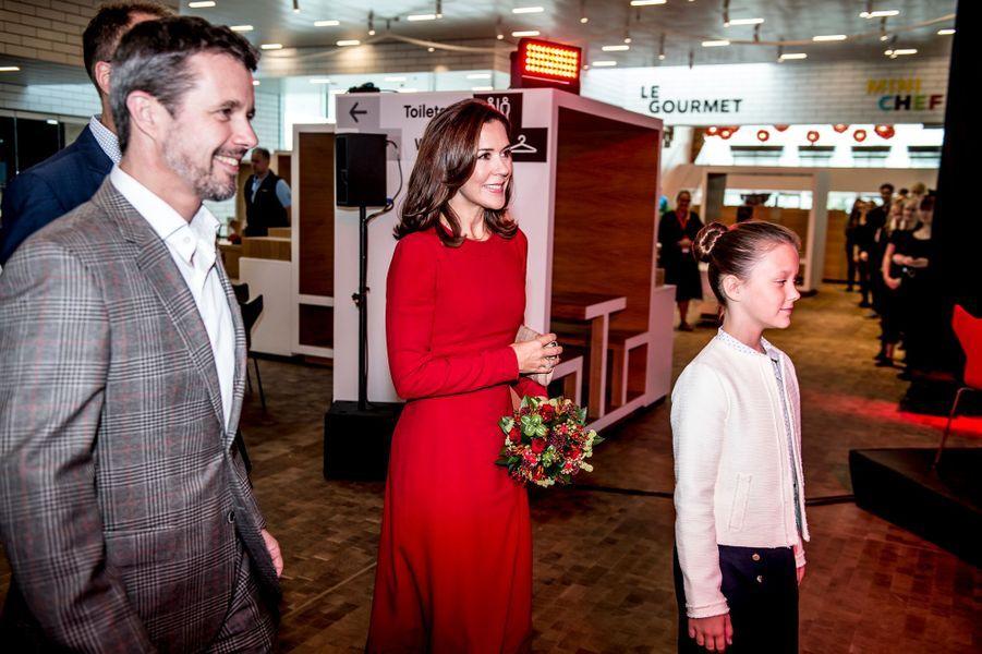 La princesse Mary et le prince Frederik de Danemark avec leur fille la princesse Isabella à Billund, le 28 septembre 2017
