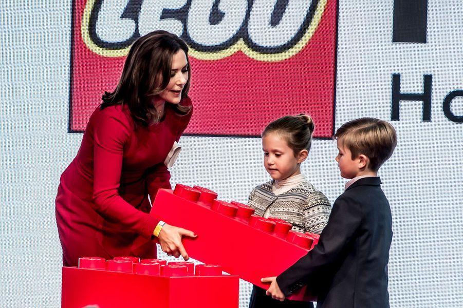 La princesse Mary de Danemark avec ses jumeaux Joséphine et Vincent à la Lego House à Billund, le 28 septembre 2017