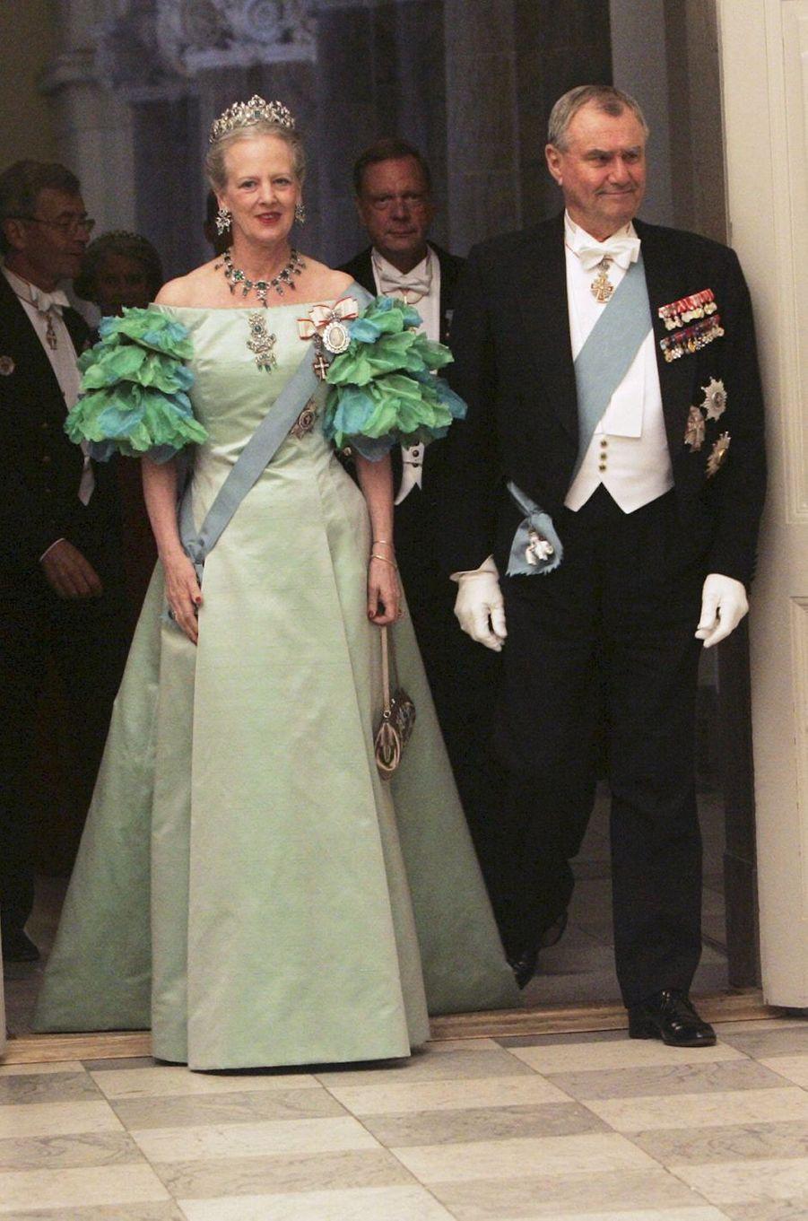 La reine Margrethe II de Danemark lors du dîner servi trois jours avant le mariage de son fils aîné le prince Frederik, le 11 mai 2004